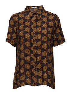 Køb Mango Printed Flowy Shirt (Black) hos Boozt.com. Vi har et stort sortiment fra alle de førende mærker og leverer til dig indenfor 1-2 dage.