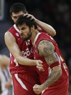 Georgios Printezis (r) von Olympiakos Piräus versucht im Euroleague-Spiel die Gegner zu verunsichern. Vergeblich, Efes Istanbul siegt 74:73. (Foto: Tolga Bozoglu/dpa)