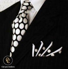 Traje negro con corbata blanca
