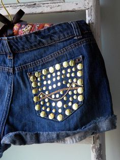 Add a little rock-n-roll to your summer style with this easy DIY. Seriously only takes 5 minutes! Diy Shorts, Denim Cutoff Shorts, Valentines Card Design, Dear Mom, Homemade Valentines, Handmade Christmas Decorations, Heart Crafts, Gold Diy, Old Jeans