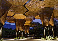 />«La maison de l'orchidée», en Colombie   Construite en 2005, par les architectes de l'agence Plan B, (coût : 2 M$) elle est le résultat d'un concours organisé par les Jardins botaniquesde Medellin, en hommage à leur fleur nationale. La structure en bois s'épanouit sur 4 200 m² comme une fleur sur des piliers en acier.» height=»358″ />