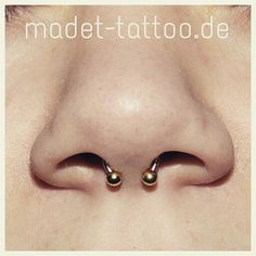 Septum mit einem 18 Karat Gold Horseshoe Ring. Blingbling - www.madet-tattoo.de