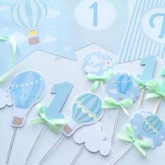 Poster Fundo de Mesa Balões de Ar Quente Menino Osbalões de ar quente, em tons de azul e verde água, enchem o céu de cor e alegria! Um tema tão fofinho, vai to