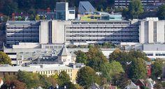 Vedere de ansamblu a Spitalului Universitar Haukeland Foto: www.cdn.tv2.no Bergen, Multi Story Building, Mansions, House Styles, Home, Pictures, Surgery, Manor Houses, Villas