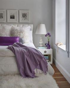 Dica de expert para decorar o apê: Se essa é a sua primeira vez decorando e você está insegura sobre como incorporar cor a um cômodo foque em peças pequenas como almofadas. Casas coloridas são lares mais felizes.