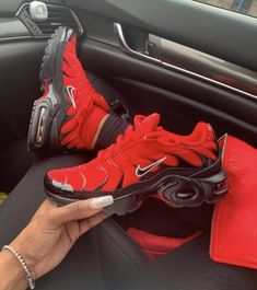 Buying Fashion Shoes Sneakers Casual Outfits Tips - Red Sneakers, Casual Sneakers, Sneakers Fashion, Fashion Shoes, Sneakers Nike, Fashion Outfits, Tennis Shoes Outfit, Women's Shoes, Shoe Boots
