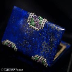 "This enchanting vintage minaudière is part of the @vancleefarpels exhibition in Moscow ""Minaudières and evening handbags: 1920-1960"". Photo credit: Isabella Antonio @podmasterje for #katerinaperezcom"