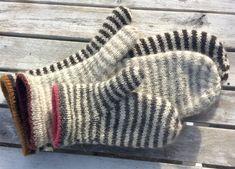 Størrelser: år / år / S / M / L Garn: Uld med løbelængde på ca 400 gram Pind: mm Mittens Pattern, Knit Mittens, Sweater Knitting Patterns, Mitten Gloves, Baby Knitting, Crochet Patterns, Crochet For Kids, Knit Crochet, Creation Couture
