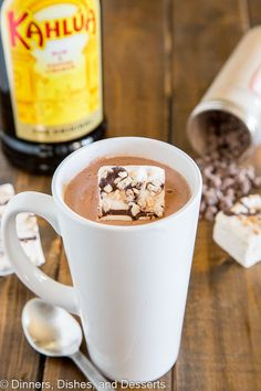 Kahlua Hot Chocolate - warm up with this easy homemade hot chocolate that is spiked with Kahula! Perfect after a day on the slopes or just because you want a special treat! Spiked Hot Chocolate, Christmas Hot Chocolate, Homemade Hot Chocolate, Chocolate Bomb, Hot Chocolate Bars, Hot Chocolate Recipes, Easy Alcoholic Drinks, Yummy Drinks, Yummy Food