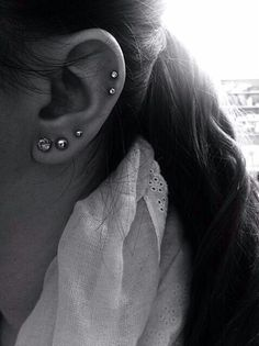 Loving the double cartilage piercing.