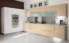 model bucatarie minimalista mobila alb si bej dulapuri suspendate cu usi de sticla