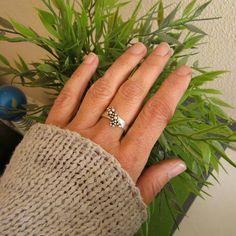 Ontwerp van Karen Klein edelsmid. Zilveren ring uit de Schuim collectie