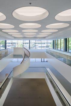 Construido por Benthem Crouwel Architects en Nijmegen, The Netherlands con fecha 2014. Imagenes por Jannes Linders. El Grotiusgebouw (edificio Grotius) es un nuevo edificio de la Universidad de Radboud Nijmegen. La universidad se enc...