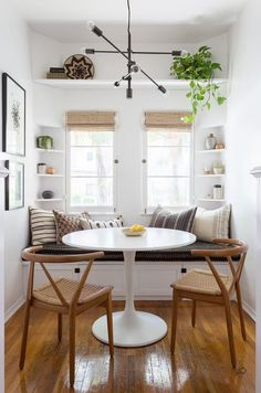 small dining room decor This modern boho dining nook by Katie Hodges Design balances just the right amount of bohemian and modern. copycatchic recreates it for less! luxe living for less budget home decor and design daily finds and room redos Casa Art Deco, Art Deco Home, Dining Room Sets, Dining Room Design, Dining Tables, Dining Area, Coffee Tables, Small White Dining Table, Side Tables