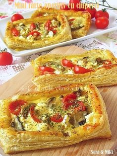 Mini Tarts predjelo jelo s gljivama ~ boje Baby Food Recipes, Cooking Recipes, Mushroom Tart, Party Food Platters, Quiche, Good Food, Yummy Food, Romanian Food, Creative Food