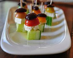 The Easiest Killer App Ever: Greek Salad Bites: I'm always looking for easy appetizers to throw together for an impromptu gathering. Salad Appetizer Recipe, Appetizer Salads, Appetizer Recipes, Snacks Für Party, Appetizers For Party, Greek Appetizers, Yummy Food, Tasty, Greek Salad