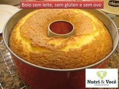 Bolo sem leite, sem glúten e sem ovo Ingredientes: 200 ml de suco de laranja; 1/2 copo (200 ml) de óleo; 1 copo cheio (200 ml) de açúcar; 1 pitada de sal; 2 copos e 1/2 (200 ml) de farinha de arroz; 1 colher de sopa bem cheia de fermento em pó; 1 colher de café de farinha de linhaça (ela substitui o ovo). Modo de Preparo: Bata todos os ingredientes no liquidificador; Coloque em uma forma untada com óleo. Leve ao forno médio, pré-aquecido, por cerca de 40 minutos. 8 porções