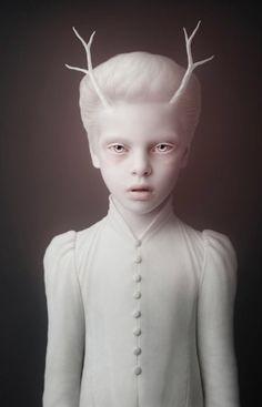 el vocabulario: adjetivo 2: pálido/a: que no tiene o ha perdido el color rosado de la cara.