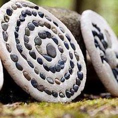 Sticks & Stones: 5 Outdoor Craft Ideas for Kids - Steine, Salzteig & Beton - Hunde Sticks And Stones, Art Plastique, Stone Art, Natural Materials, Recycled Materials, Garden Art, Bean Garden, Mosaic Garden, Garden Club