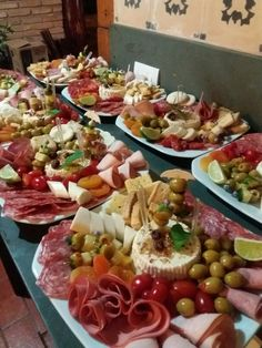 Easy Make Ahead Christmas Appetizers Recipes - Prawn Cocktails - sandwich - Appetizers for party Make Ahead Christmas Appetizers, Appetizers For Party, Appetizer Recipes, Cheese Platters, Food Platters, Fruit Buffet, Charcuterie And Cheese Board, Antipasto Platter, Fondue Party