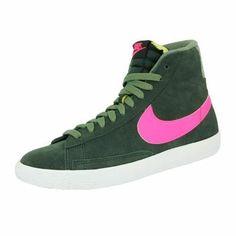 La chaussure Nike Blazer Mid Suede Vintage est un modèle revisité de la chaussure de basket-ball révolutionnaire lancée par Nike dans les années 70. Conçue pour un usage quotidien, cette version présente une empeigne en daim de qualité supérieure pour une tenue confortable.