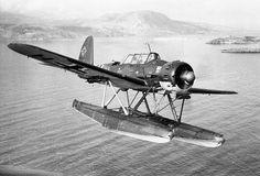 Un hydravion de la 2.SAGr 125 (Aufklärungsgruppe 125 (See)) codé 7R+HK vol au dessus de la baie de Souda en Crète.