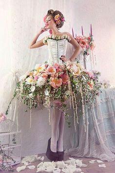 The Floral World of Flower Arrangements Moda Floral, Deco Floral, Arte Floral, Vestidos Color Pastel, Long Stem Flowers, Flowers Garden, Foto Fashion, Fashion Art, Bohemian Skirt