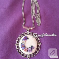 Etamin kolye, rokoko nakışlı. Ne zarif... / Lovely rokoko pendant... Flower Embroidery Designs, Embroidery Jewelry, Hand Embroidery Patterns, Diy Embroidery, Embroidery Stitches, Needlework, Diy And Crafts, Crochet Necklace, Jewelry Accessories