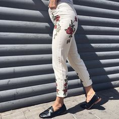 Embrace the floral trend with these MOTO High rise, tapered leg mom jeans in authentic ecru denim with rose embroidery. Pair with a white tee and trainers for a washed-out, seasonal vibe.