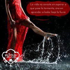 La vida no consiste en esperar a que pase la tormenta sino en aprender a bailar bajo la lluvia.