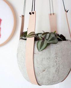 Круглый подвесной цветочный горшок из бетона.