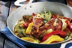 Σιγομαγειρεμένη χωριάτικη κότα με μελωμένη σάλτσα πιπεριάς και μπίρας. Εύκολο φαγητό, πεντανόστιμο και γρήγορο στο στήσιμό του.