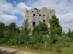 The sad ruins of Almond Castle, originally known as Haining Castle, stand in a heavily overgrown part of an industrial estate on the site of what was previously a brickworks. The castle is little known, yet it stands between Linlithgow and Falkirk close to the Union Canal and the main line railway, and only ¾ of a mile south of the M9 motorway.
