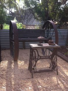 Bench made from large, rusty wagon wheels and a table made with an old sewing machine stand. Repurposed Furniture, Cool Furniture, Outdoor Furniture, Outdoor Decor, Repurposed Items, Outdoor Ideas, Sewing Machine Tables, Vintage Sewing Machines, Sewing Tables