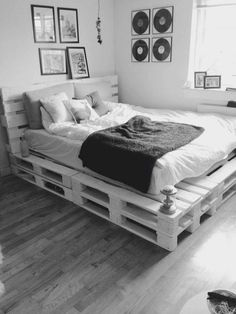Modern Bedroom Ideas - Eine vertiefte Nische am Bett, ein niedriges Bett und . Modern Bedroom Ideas - A recessed niche by the bed, a low bed and . Ideas for modern bedrooms - A recessed niche bed, a low bed and a f Diy Pallet Bed, Diy Pallet Projects, Diy Bed, Outdoor Pallet, Pallet Wood, Room Ideas Bedroom, Bedroom Decor, Bedroom Designs, Master Bedroom