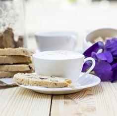 Was gibt es Herrlicheres, als zum Kaffee oder einer Tasse heisser Schokolade ofenfrische Kekse zu naschen? Wir präsentieren dir hier ganz besonders leckere und einfache Blitz-Guetzli, die sich schön verpackt auch wunderbar als Last-Minute-Mitbringsel eignen.
