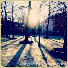 """Una #PicOfTheDay #turismoer in diretta da ReggioEmilia: """"Ombre in Piazza Fontanesi""""   Complimenti e grazie a @lorytm"""