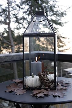 Instead of the typical Halloween decorations outdoors, I´ve made this autumn decorations using a lantern that I´ve filled with two white small pumpkins, pinecones and nuts. With some lovely brown The