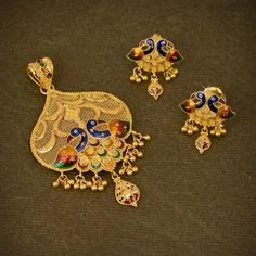 Explore the wide range of trendy collection of gold pendant sets designs at Waman Hari Pethe Sons. Gold Chain Design, Gold Bangles Design, Gold Earrings Designs, Gold Jewellery Design, Gold Jewelry Simple, Gold Rings Jewelry, Bridal Jewelry, Pendant Jewelry, Gold Jhumka Earrings