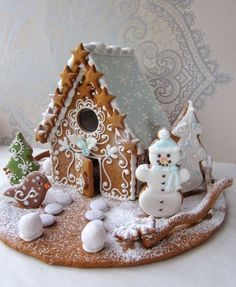 A gingerbread house is sooo adorable and pretty! But these incredible ones take gingerbread houses to the next level! Cool Gingerbread Houses, Gingerbread House Designs, Christmas Gingerbread House, Christmas Sweets, Christmas Cooking, Noel Christmas, Christmas Goodies, Gingerbread Cookies, Christmas Crafts