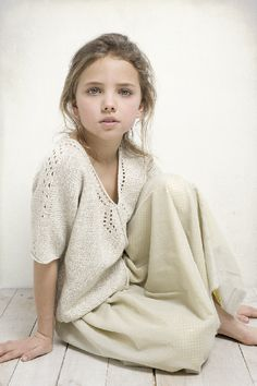 neutral knits for girl Ropa Free People, Children Photography, Portrait Photography, Kids Studio, Kid Poses, Studio Portraits, Child Models, Beautiful Children, Mannequins