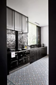 Kitchen remodel ideas: Solid Home Decorating Advice To Make Your Interior Decorating Stick Out Black Kitchens, Cool Kitchens, Cocinas Kitchen, Dark Kitchen Cabinets, Kitchen Appliances, White Cabinets, Interior Desing, Interior Decorating, Küchen Design