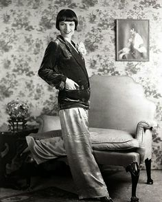 Fashion History: The Iconic Women Who Defined It - 1920 - This photo of Louise Brooks shows the new fashionable bob haircut worn by fashionable women of the - 1920 Style, Style Année 20, Louise Brooks, 1920s Fashion Women, Retro Fashion, Vintage Fashion, Victorian Fashion, Moda Vintage, Vintage Mode