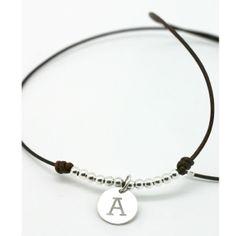 Collar de plata y cuero con inicial. Haz click en la foto para enlazar con la tienda online.