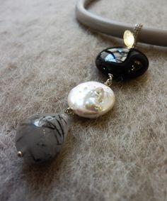 collezione Autunno-Inverno2016 pendente in argento 925\000 quarzo grafitato, perla d'acqua dolce e onice