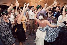 Klinkt heerlijk: De 'feel' van bruiloften wordt steeds meer a la een vrienden- en familiefeestje. Je hoeft geen receptie te geven met 300 man als je dat niet wilt. Heb liever een echt heb-er-zin-in-feestje in een intieme setting. Het prinses Diana tijdperk is over!