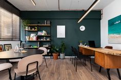 modern warm office space with green wall Cool Office Space, Humble Abode, Green Office, Conference Room, Warm, Cool Stuff, House Styles, Modern, Table