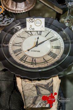 Mit schlichten, flachen Glasplatten möglich. Braune Tischdecken, dann die gedruckten Uhren, dann Glasplatten.