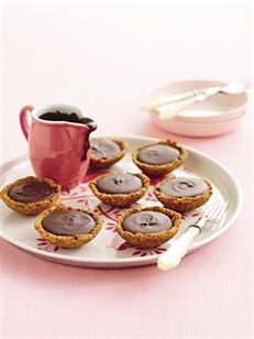 Arnott's Australia : Butternut Snap Caramel Chocolate Ganache Tartlets - easiest instructions for heating up and making tart bases out of these biscuits ever. Best Dessert Recipes, Healthy Desserts, Easy Desserts, Sweet Recipes, Sweet Desserts, Pie Recipes, Dessert Ideas, Chocolate Caramels, Chocolate Ganache
