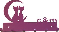 Cuelgallaves personalizado con las iniciales de la pareja que lo encargó, y dos gatos en la luna.